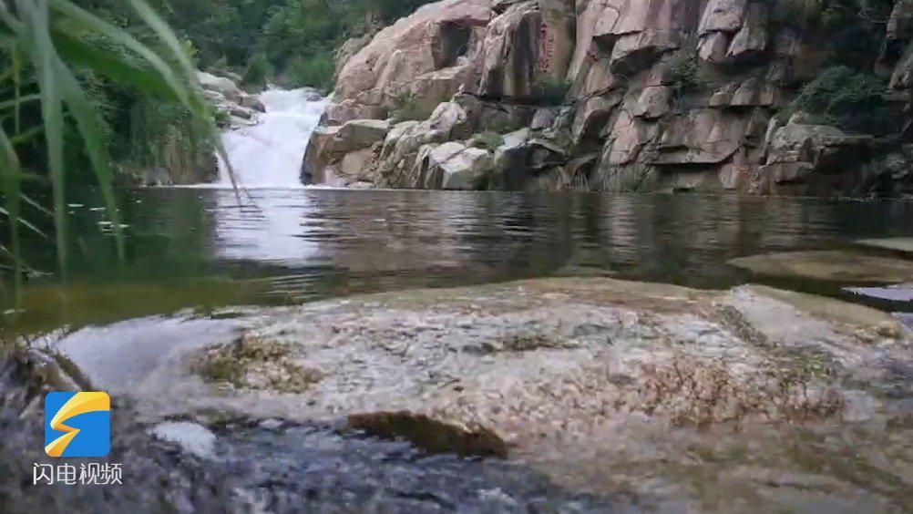 雨后泰山飞瀑倾泻而下 宛如山水画卷