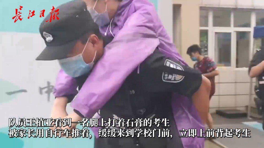 特警背起腿部受伤考生,每场都要送她进考场!