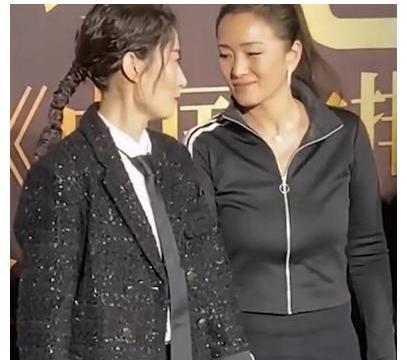 刘敏涛巩俐同框,谁注意巩俐的站姿?不愧是登上国际舞台的女明星