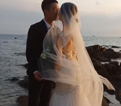 新人海边拍婚纱照,摄影师拍下两人脸贴近的瞬间,成片惊艳