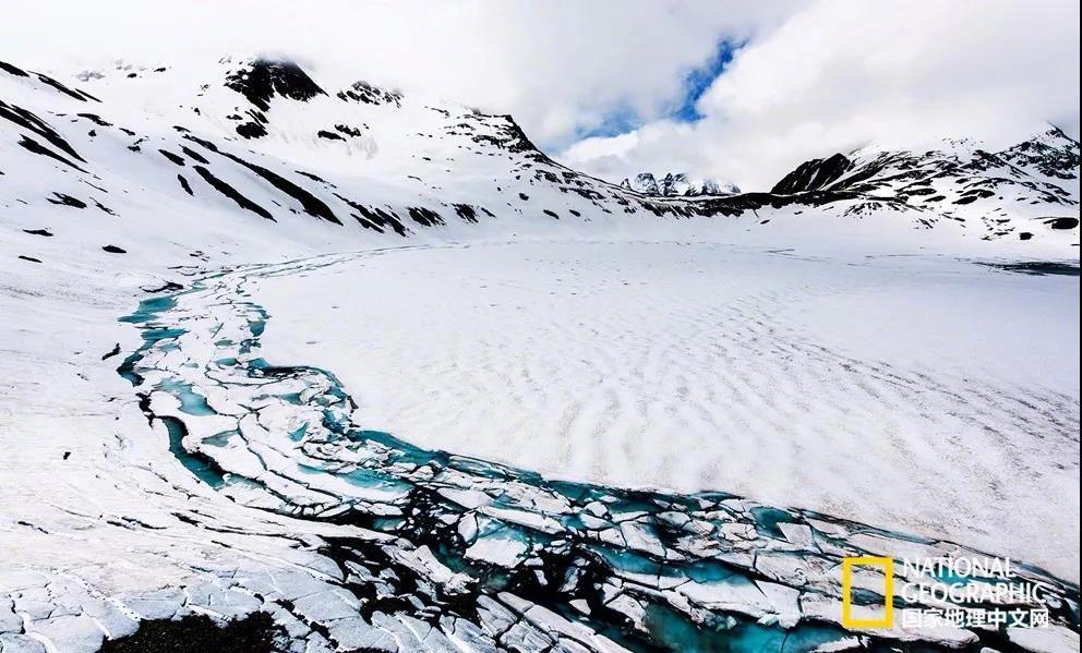 欧洲著名的阿尔卑斯山脉,像一个倒着的钩子。从最南的摩纳哥……
