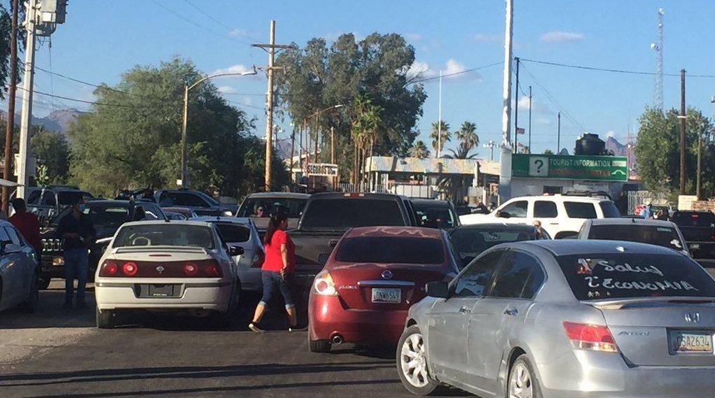 美国新增病例数激增 墨西哥边境居民用汽车堵路:美国人别来
