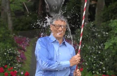 继《古惑仔》冰桶挑战后,陈小春发起冰块挑战,知名主播接受挑战