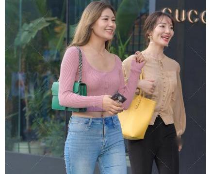 精致粉色打底衫,配上蓝色百搭牛仔裤,32岁的辣妈也能像少女清纯