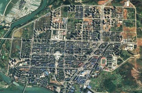 卫星上看重庆潼南:涪江穿城而过,西北边有一条人工运河