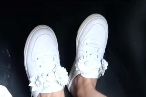 张子萱晒幸福都是假象?手指粗糙黝黑不像阔太,一双白鞋穿多年!