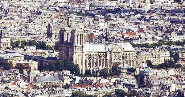 维克多·雨果《巴黎圣母院》:人性的一面镜子