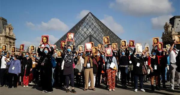 没了游客和收入,巴黎导游举起蒙娜丽莎肖像卢浮宫前抗议