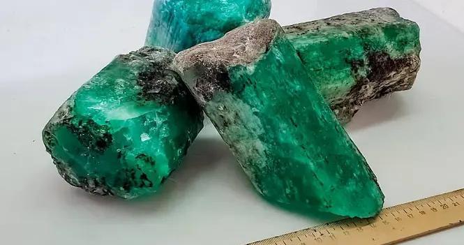俄罗斯发现巨大绿宝石 总价值达4万美元