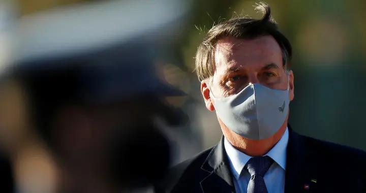 巴西总统做完新冠病毒检测亮相:戴口罩 告诉人们离他远点