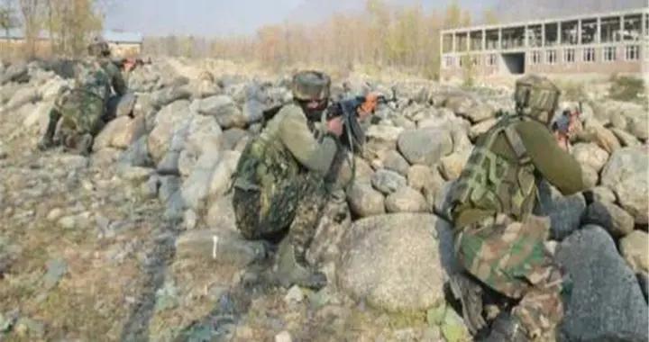 终于不再忍耐,印军400名士兵冲上山头抢筑工事,摆出战斗姿态