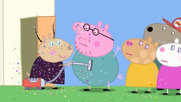 小猪佩奇:孩子们玩闪粉失控了,喷了猪爸爸一身,老师赶紧弄干净