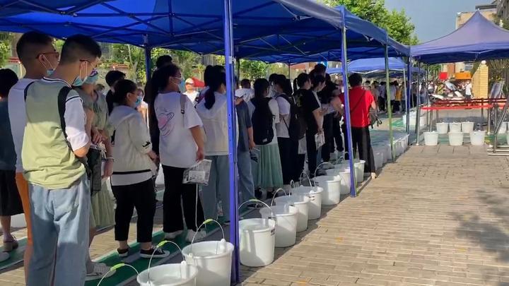 陕西安康备考:考点准备200多个冰桶,为排队考生降温