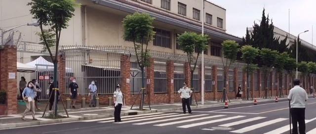 上海闵行日本人学校,高墙电网保安全,老师成排迎学生