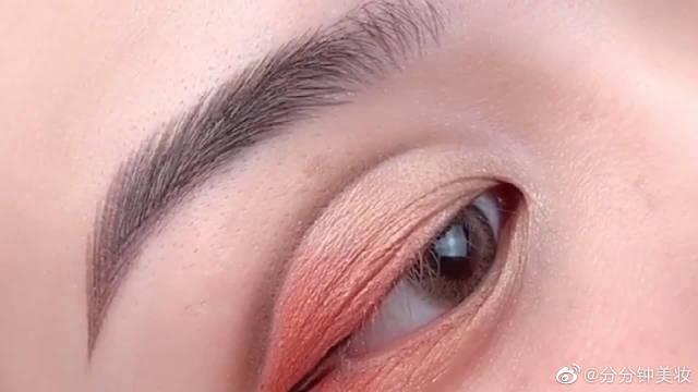 单眼皮肿眼泡的妹子看过来了,这样画眼妆展现出高级感!