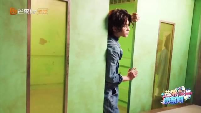 黄明昊《密室大逃脱》海报拍摄花絮~ 认真工作的帅气小贾……