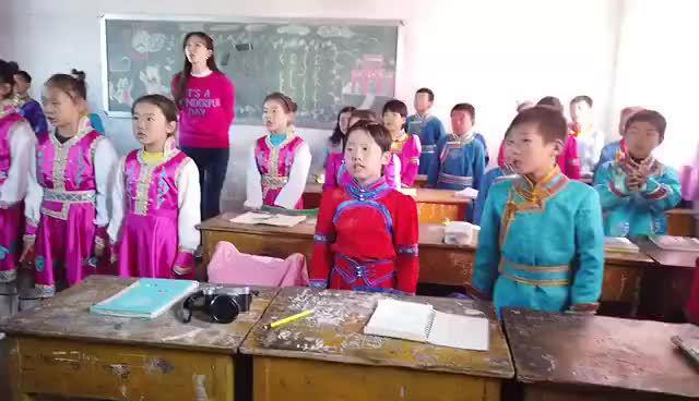《我和我的祖国》,山区的小朋友和志玲姐姐一起合唱这首歌……