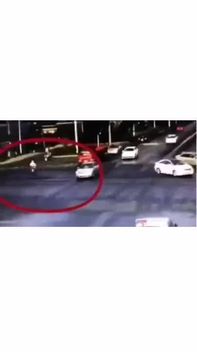 女孩被货车撞倒卷入车底…居然爬出来跟司机理论起来!