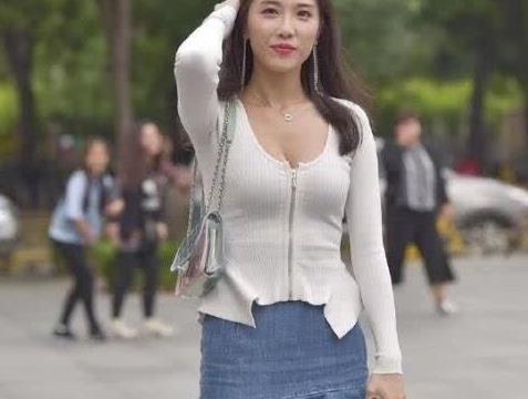 街拍:白色长袖搭牛仔裙,优雅大方