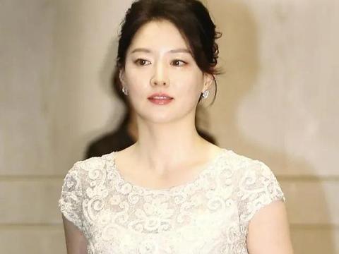 《大长今》的李英爱变身时尚女王,尽显高贵气质