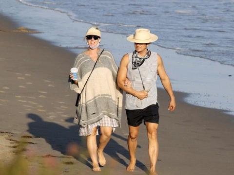 米兰达可儿前夫即将当爸,和女友水果姐海边散步,水果姐孕期将近