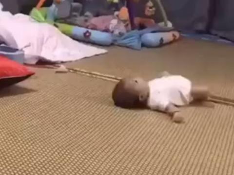 """萌娃躺在床上像蛇一样""""蠕动""""火了,网友:要不是亲眼见真不敢信"""