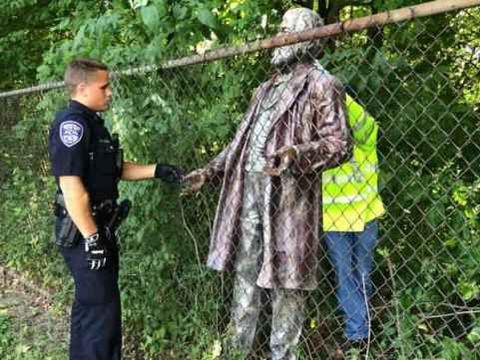 你们都拆白人雕像,那我拆黑人雕像!美国黑人领袖雕像被严重破坏