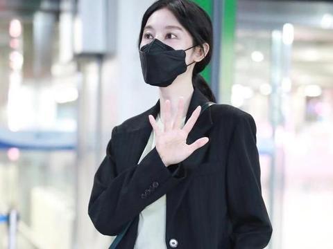 张俪穿黑色西装尽显气质,完美的身材比例真是令人羡慕