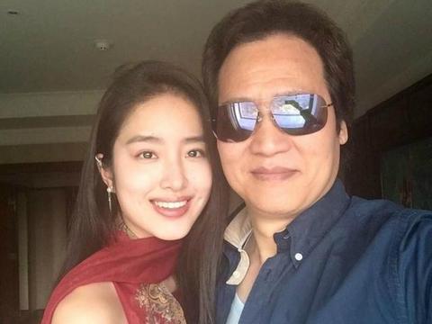 杨采钰最美阔太!穿900元吊带长裙气质优雅,嫁大31岁刘亦菲干爹