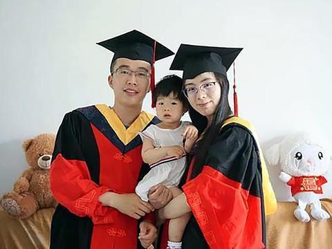 华东理工大学夫妻博士抱娃毕业,事业爱情兼顾,开挂人生如此精彩