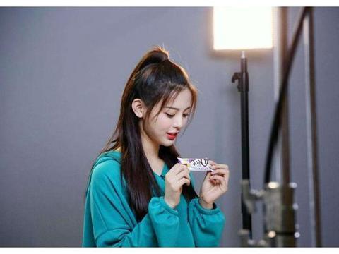 杨超越现身上节目,冰箱里的美食和其他女星不同,不懂为啥黑她
