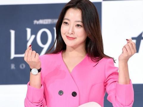 金喜善真优秀!粉色西服配花瓣束腰穿出高级感,韩国女神名不虚传