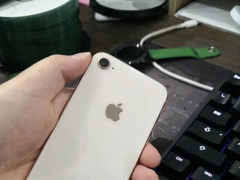 网友说服老婆换了华为Mate30Pro,自己终于换上淘汰的iPhone8