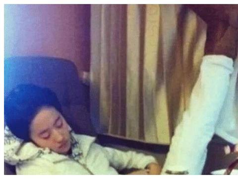 明星睡姿曝光,刘亦菲高难度,赵丽颖很可爱,迪丽热巴睁眼睡!