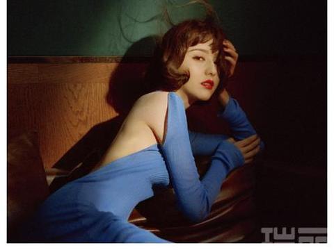 继春晚主持后,佟丽娅状态越来越好了,蓝色露背长裙显气质