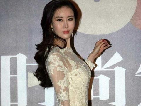 田朴珺终于惊艳一回,穿白色透视纱裙配大波浪卷发,美得认不出