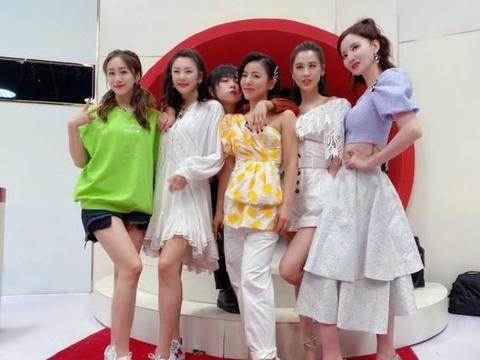 刘芸一身潮装现身机场,露脐T恤搭配斜边牛仔裙,身材真好!