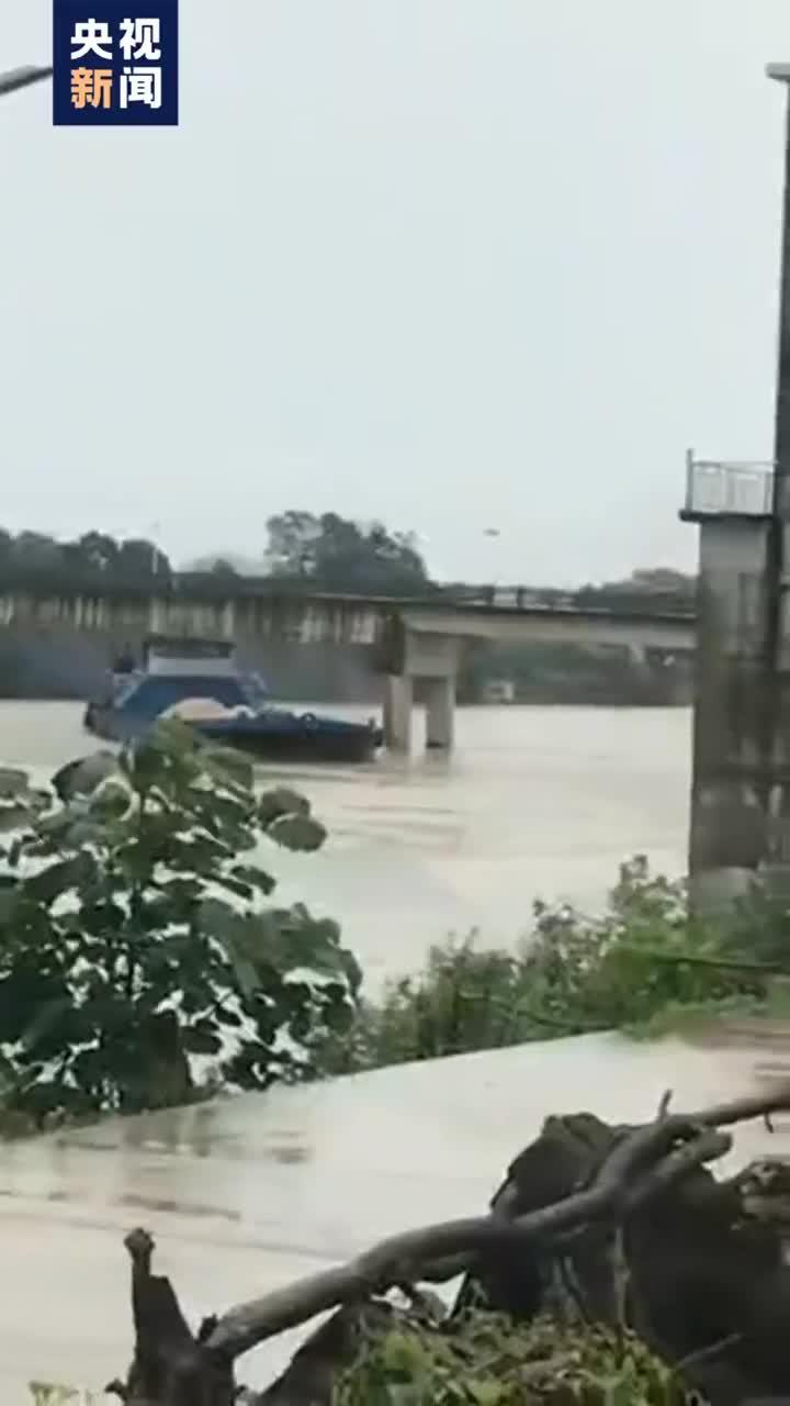 视频 江西鄱阳县砂石船撞断大桥致梁板塌落在船上,暂无伤亡