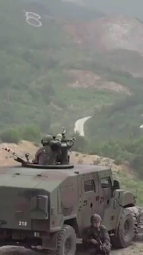 韩军K-153C反坦克导弹发射车发射AT-1K玄弓反坦克导弹!