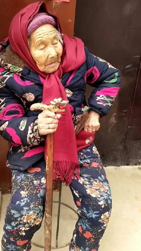 107岁老妈妈上午吃大桌去啦,回家没忘给84岁的闺女捎块喜糖