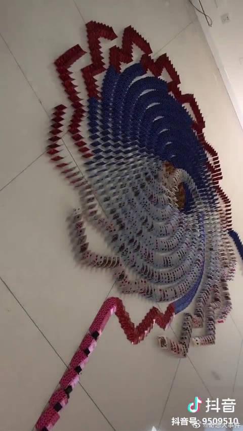 用三天搭建的12663张纸牌多米诺作品