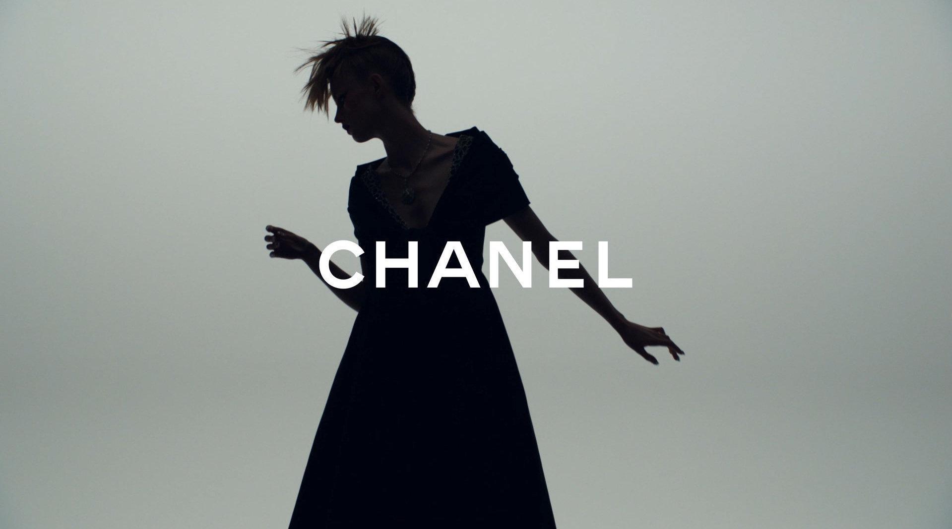 Chanel Fall 2020 高级定制系列 华丽的服饰配上朋克的妆容有一种