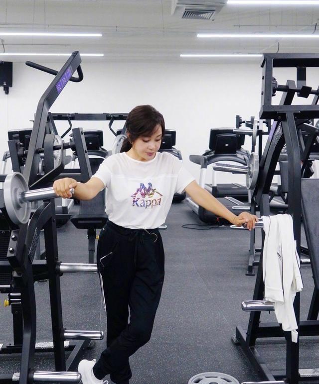 刘晓庆真不服老,穿高开叉裙子秀大长腿,这身材真不像65岁!