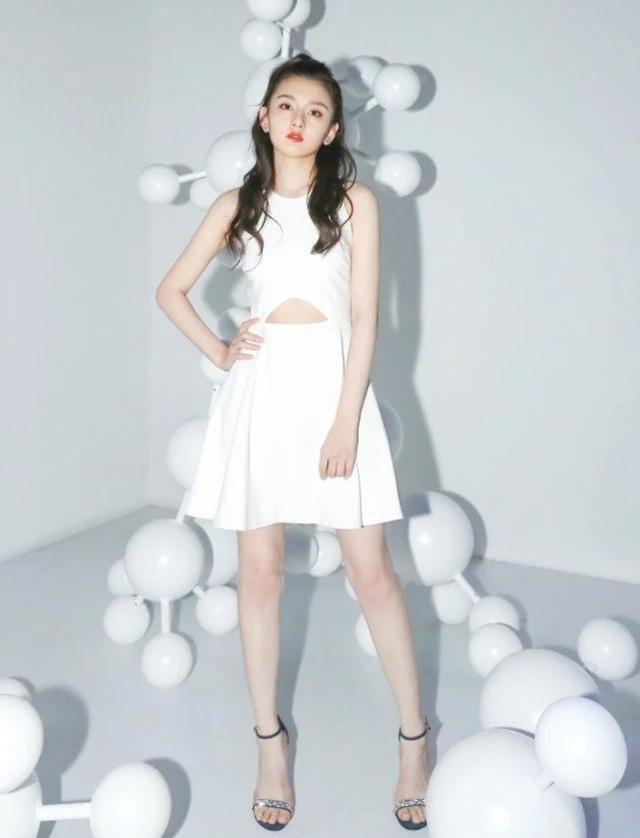 长大后的宋祖儿气质超佳,长卷发搭配白色的小裙子,优雅又俏皮