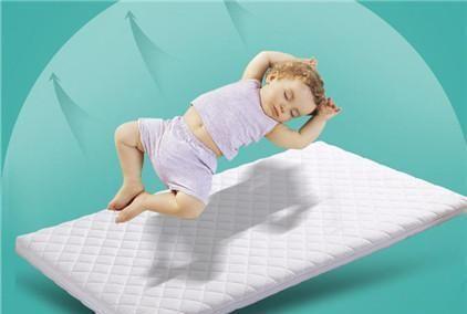 床太软影响孩子身高?婴儿床垫该怎么选?