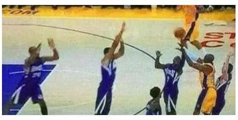 NBA违反常理5大瞬间,乔丹闭眼罚球 詹姆斯背着伊巴卡上篮
