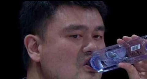 把矿泉水喝成口服液的,不止奥尼尔一个,中国球员一样行!
