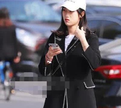 街拍:白色帽子搭黑色外套,时尚十足