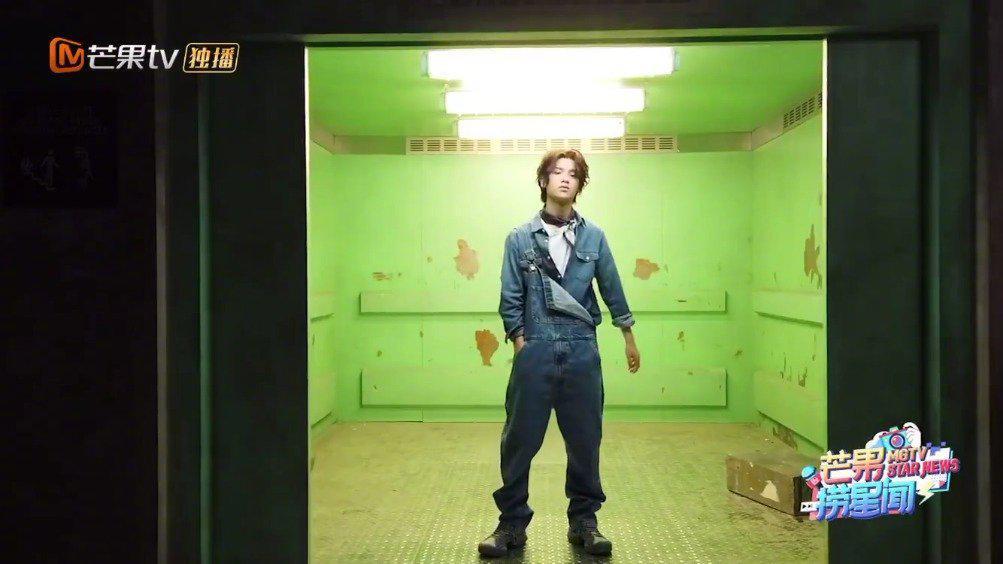 黄明昊《密室大逃脱》拍摄海报花絮~ 身穿背带裤的帅气小贾……