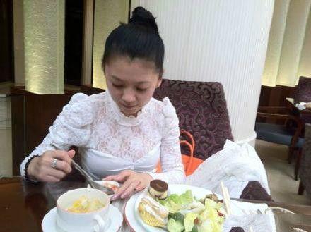 女孩海鲜店吃出带有很多珍珠的牡蛎,老板的做法却让人很是气愤!